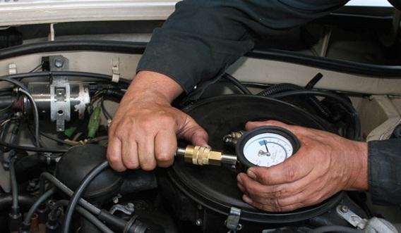 Замер компрессии в двигателе компрессометром