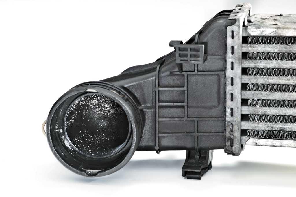 Загрязненный охладитель воздуха турбомотора