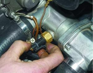 Место установки датчика температуры двигателя