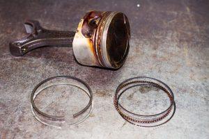 Поршневые кольца, замок поршневого кольца и поршень