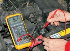 Проверка напряжения аккумулятора вольтметром