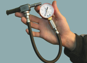 Проверка давления топлива манометром
