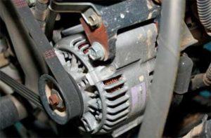 Генератор на двигателе под капотом