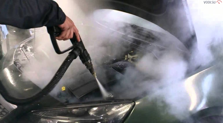 Мойка двигателя паром под давлением из парогенератора