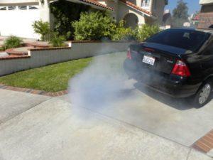 Машина дымит сизым дымом