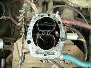 Двигатель стреляет в карбюратор