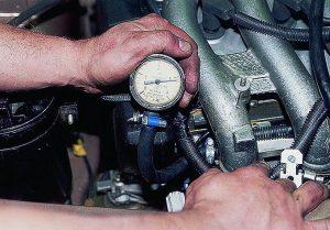 Проверка регулятора давления топлива манометром
