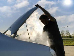 Дым из-под капота при запуске мотора