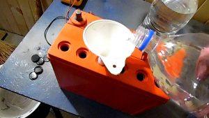 Как долить электролит или воду в аккумулятор