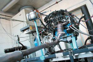 Двигатель на моторном стенде испытания