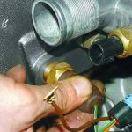 Где установлен датчик температуры двигателя