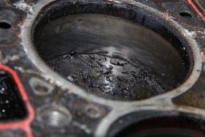 Моторное масло в цилиндре двигателя причины ремонт