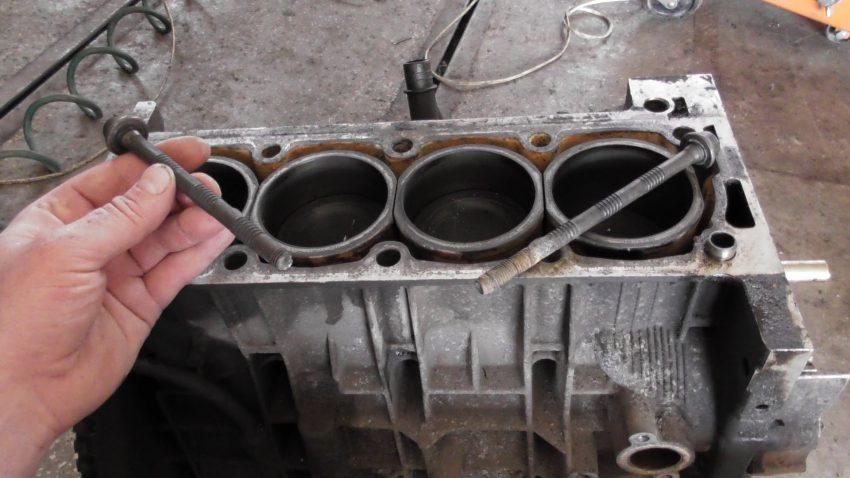 Как выкрутить сломанный болт из блока двигателя способы