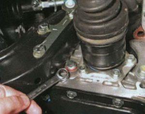 Проверка уровня масла в КПП Lanos Ланос