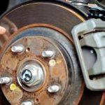 Скрипят тормоза при торможении причины ремонт