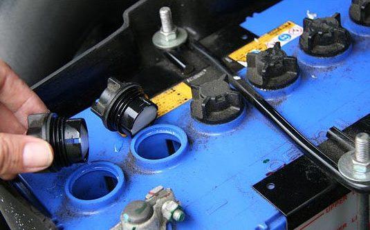 Как проверить уровень электролита в акб и долить воду в аккумулятор правильно