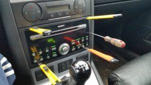 Как снять магнитолу в машине